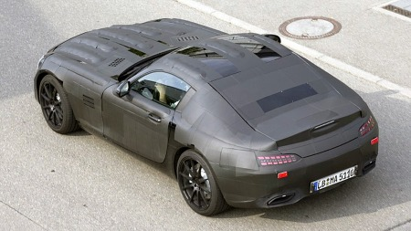 Det er vanskelig å si ut fra bildene om SLC vil plassere seg mellom SLK og SL, eller mellom SL og SLS. Eller om det i praksis vil være en coupé-versjon av en faceliftet SL.  (Foto: Daimler AG)