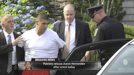Drapsmistenkte Aaron Hernandez ble hentet av politiet onsdag.   (Foto: AP Photos/ESPN/Ap)