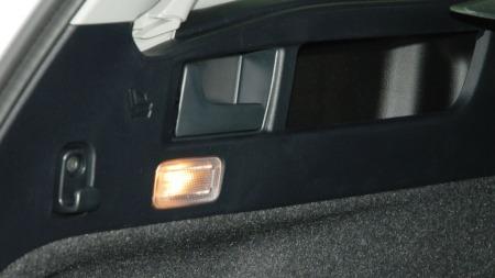 Smarte hendler i bagasjerommet som feller ned baksetene.