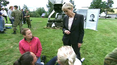 OPPMUNTRER: Forsvarsminister Anne-Grete Strøm-Erichsen i prat med tre av de 264 kvinnene som møtte opp til beinhard testing for lederutdannelse i Forsvaret. (Foto: Tommy Aase, TV 2)