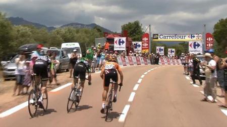 TOK KLATREPOENG: Juan José Lobato spurtslo Jerome Cousin og Lars Boom i kampen om å ha klatretrøyen etter den første etappen.