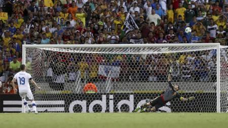 BOMMET:  Leonardo Bonucci ble syndebukk for Italia. (Foto: MARCOS BRINDICCI/Reuters)