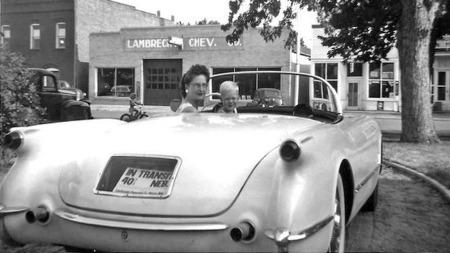 Mann- og kone-butikken Lambrecht Chevrolet vokste raskt i omsetning i den lille byen, og familien gjorde det godt nok til at man var blant de som fikk tildelt en av de 300 første Corvettene i 1953. Her er det tydeligvis fru Mildred som poserer bak rattet i bilen, som fremdeles har transportdokumentene bak glasset der bakskiltet senere ble montert. (Foto: Photo courtesy of VanDerBrink Auctions)
