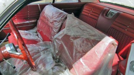 Mens dens artsfrender ble klargjort og tatt i bruk av sine eiere i 1963 og 1964, ble denne Impalaen stående i butikken.50 år senere er det endelig tid for å ta av plast-trekket av interiøret. (Foto: Photo courtesy of VanDerBrink Auctions)