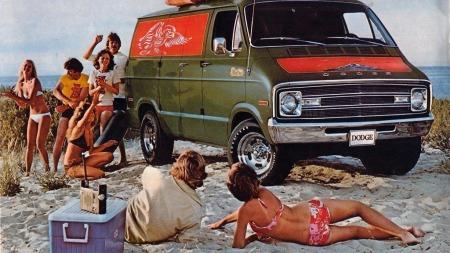 Lykken for amerikanske ungdommer ble utover på 1970-tallet en egen van der de kunne omgås med venner, slik som denne 1977 Dodge Tradesman´en. Dette spredte seg også til Norge, der en gammel brødbil var den billigste måten å skaffe seg en V8-bil på.