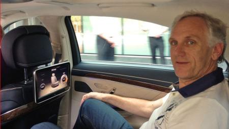 Testkjøring i baksetet hører med når Mercedes presenterer helt ny S-klasse. Broom-Benny trives der også, han!