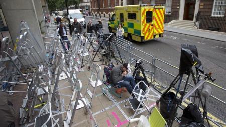 DØGNVAKT: Pressefotografene holder vakt døgnet rundt for å sikre plassene sine utenfor St. Marys sykehus i Paddington i London (Foto: NEIL HALL, ©NGH/RT)