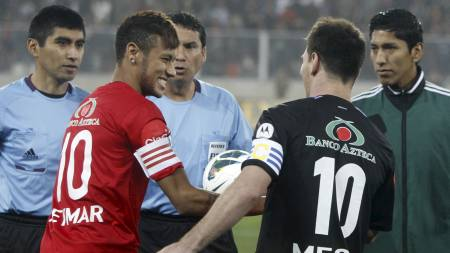 TO TIERE: Neymar og Lionel Messi hilser på hverandre før kampen mellom de to lagene i Lima. (Foto: Karel Navarro/Ap)