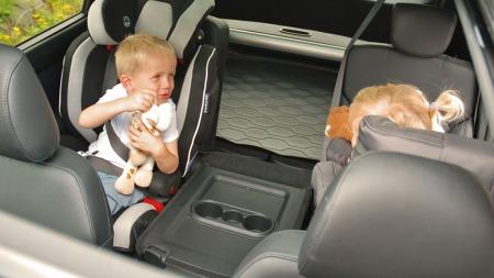 To små test-hjelpere på plass i baksetet. Biler som Carens er skreddersydd for familier med behov for ekstra plass og fleksibilitet.
