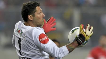 PÅ MED HANSKENE: Marco Materazzi fikk låne både hansker og drakt av Julio Cesar, og tok fatt på keeperjobben. (Foto: CRIS BOURONCLE/Afp)