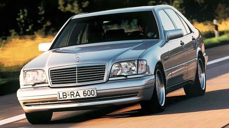 Mercedes S-klasse W140 byr forsatt på svært komfortabel forflyttning.