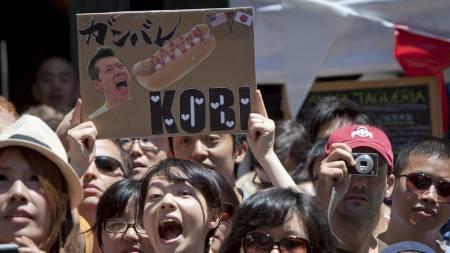 POPULÆR BLANT FANSEN: Takeru Kobayashi har også sine fans. (Foto: CARLO ALLEGRI/Reuters)