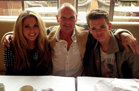 FERSK FAMILIELYKKE: Gazza med Bianca og Regan etter å ha avsluttet oppholdet ved rehabiliteringsklinikken i mars. (Foto: Twitter)