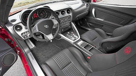 Alfa-tradisjonene hviler tungt over dette interiøret. Kun 500 biler ble produsert på slutten av 2000-tallets første tiår, og de er for samlerbiler å regne alle sammen. (Foto: Finn.no)