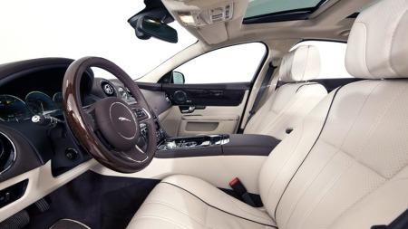 Nymoderne på utsiden, og ikke til å kjenne igjen innvendig heller. Men elegansen er - bokstavelig talt - til å ta og føle på i den nye Jaguaren også, og vi tror det skal godt gjøres å mistrives her. (Foto: Finn.no)