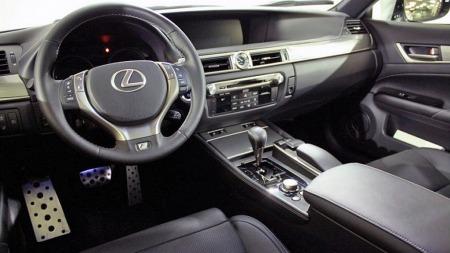 Det er tydelig i interiøret at Lexus retter seg mer og mer inn mot BMW som hovedkonkurrent. Med tradisjonell automatvelger og gjenkjennelige kontroller er det langt mindre romskip-følelse og hybrid-særtrekk her enn eksempelvis i Prius. (Foto: Finn.no)