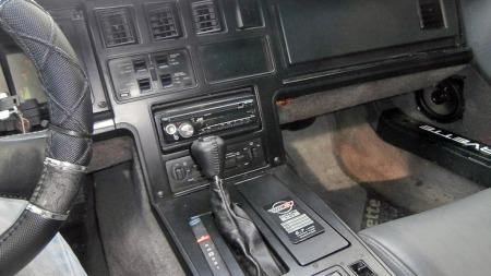 Mishandlede C4-Corvetter blir fort stygge i interiøret. Her ser det ikke så verst ut, men med mindre du skal delta på et treff med premie for mest harry ratt-trekk foreslår vi å fjerne stripsen og heller reparere originalrattet hvis skinnet er ødelagt... (Foto: Finn.no)