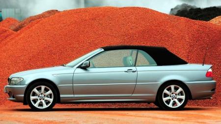BMWs 3-serie var blant de første som gikk tilbake til et litt mer holdbart og fleksibelt stofftak, angivelig fordi kunder i USA ikke likte at foldetak-cabrioletene deres ble tatt for å være billigere coupeer. (Foto: BMW)