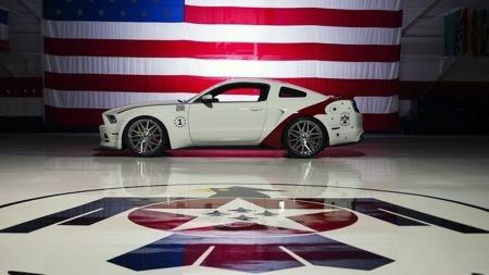 Veldig mye mer pompøst og patriotisk er det vel ikke mulig å presentere en bil - men så er da både flyvåpenet og Ford Mustang to helamerikanske ikoner.