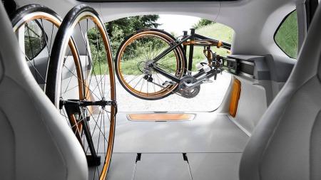 Her står syklene både tørt og trygt når du er på tur - inne i bilen.