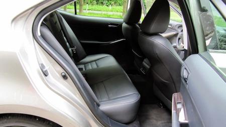 Lexus-IS300h-bakseter