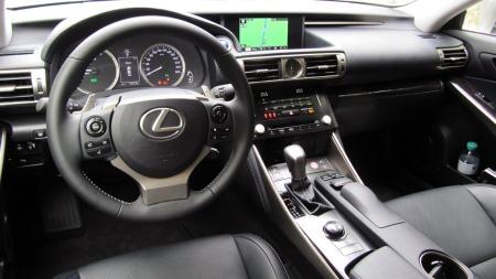 Lexus-IS300h-dashbord