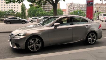 Lexus-IS300h-i-trafikk