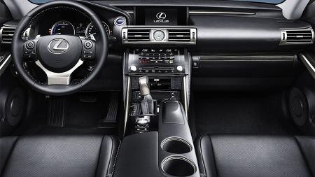 Lexus-IS300h-innvendig
