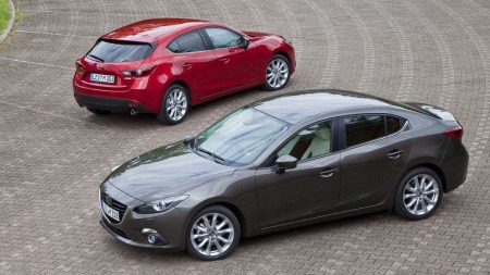 Her er Mazda 3 i sin tredje generasjon, kombi bak og sedan foran. Og det er lite tvil om hvem av dem som kommer til å selge best!