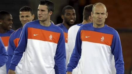 KJEMPER OM PRIS: Robin van Persie og Arjen Robben er lagkamerater   for Nederland. Nå kjemper de begge om å bli Europas beste fotballspiller.   (Foto: Frank Augstein/Ap)