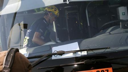 MÅTTE KAPITULERE: En skuffet Alejandro Valverde på bussen til Movistar etter fredagens etappe. (Foto: JOEL SAGET, ©AG)