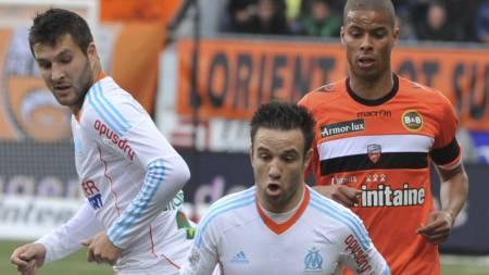 MINSTEMANN: Mathieu Valbuena (i midten) blir liten i forhold   til Lorients Kevin Monnet-Paquet, men glir rett inn i fellesskapet i   Barcelona. (Foto: FRANK PERRY/Afp)