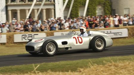 Her er en annen Mercedes W196 under aksjon på sist helgs Goodwood Festival of Speed. Her er det ikke snakk om å la de gamle klenodiumene stå parkert på museum - de skal kjøres på bane! (Foto: Newspress)