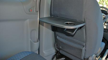 Klappbord på forseteryggene og flaskeholdere i dørene - Nissan har vært flinke med praktiske interiørløsninger i Evalia.