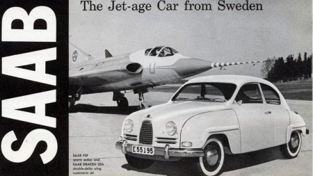 SAAB var ikke lei å spille på flyproduksjonen i sine bilbrosjyrer   allerede fra starten på 1950-tallet. Her er brosjyren for 93F fra 1960,   som ble den siste videreutviklingen av gamle 93 før nesten identiske   96 tok over.
