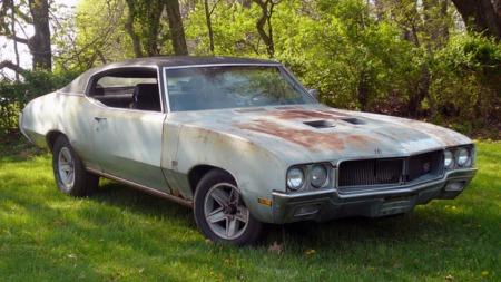 Denne bilen er enten et kjempemessig utgangspunkt for en totalrestaurering,   eller en artig bil å beholde som den er på overflaten. Hva ville du gjort?   (Foto: eBay.com)
