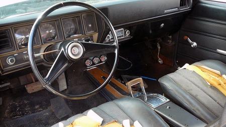 Inne i bilen er det tydelig at tiden har stått stille siden   den ble parkert i 1983. (Foto: eBay.com)