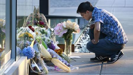 Pårørende legger ned blomster og lys utenfor hotellet der Cory Monteith døde lørdag.