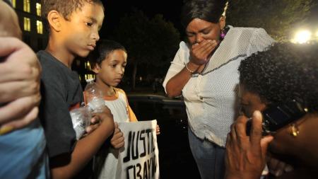 STERKE REAKSJONER: Støttespillere av Trayvon Martin og hans etterlatte reagerte med sjokk og vantro utenfor rettsbygningen i Florida da juryens kjennelse falt.  (Foto: Reuters)