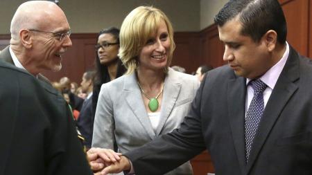 LANG RETTSSAK: George Zimmerman (t.h.) ble umiddelbart gratulert av sitt forsvarerteam da retten var hevet.  (Foto: Reuters)