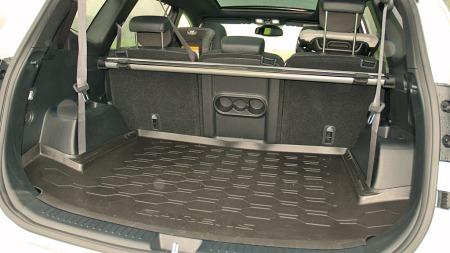 Slik ser bagasjerommet ut når du bruker Carens som femseter. Kia har vært veldig flinke til å gi den flere smårom i tillegg.