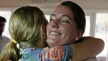 GLAD: Marte Dalelv er overlykkelig over å bli benådet i Dubai. Også hjemme i Norge jubler moren Evelyn Dalelv for at datteren nå får komme hjem.  (Foto: Afp/NTB Scanpix)