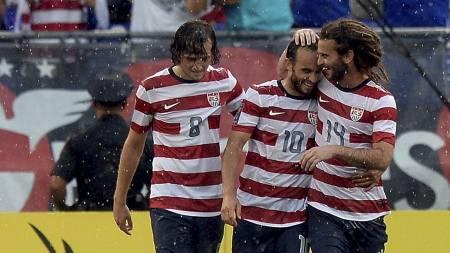 SCORET: Mikkel Diskerud (t.v) jubler sammen med Landon Donovan og Kyle Beckerman etter å ha scoret for USA. (Foto: Patrick McDermott/Afp)