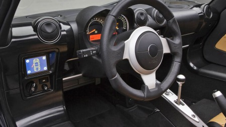 Interiøret i Tesla Roadster er rimelig spartansk - og du får ingen 17