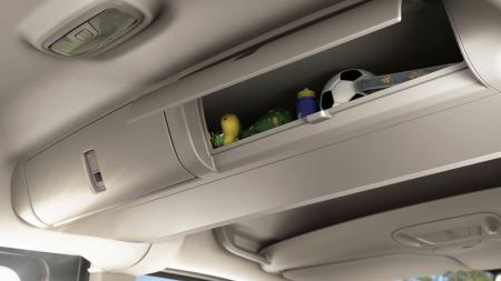 Her er det ikke bare stort bagasjerom som gjelder. For småbarnsfamiliene   er det også viktig med mange smårom rundt i bilen. Disse er helt klart   fly-inspirert.