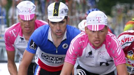Bjarne Riis (t.v.), Laurent Jalabert og Jan Ullrich under Tour de France 1998. (Foto: JOEL SAGET/Afp)