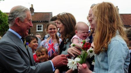 STOLT: Prins Charles er på besøk i Yorkshire dagen etter at han ble bestefar for første gang.  (Foto: NTB Scanpix)