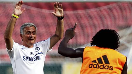 Chelsea-manager José Mourinho gestikulerer til Romelu Lukaku under trening. (Foto: DAMIR SAGOLJ/Reuters)