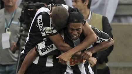 JUBEL: Atletico Mineiros Leonardo Silva jubler med Ronaldinho etter den viktige utligningen (Foto: ANDRES STAPFF/Reuters)