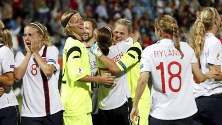 JUBLET: Fotballjentene jublet for finaleplass. (Foto: Bendiksby, Terje/NTB scanpix)
